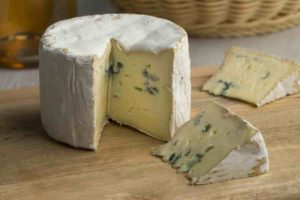 what is the difference between gorgonzola and blue cheese